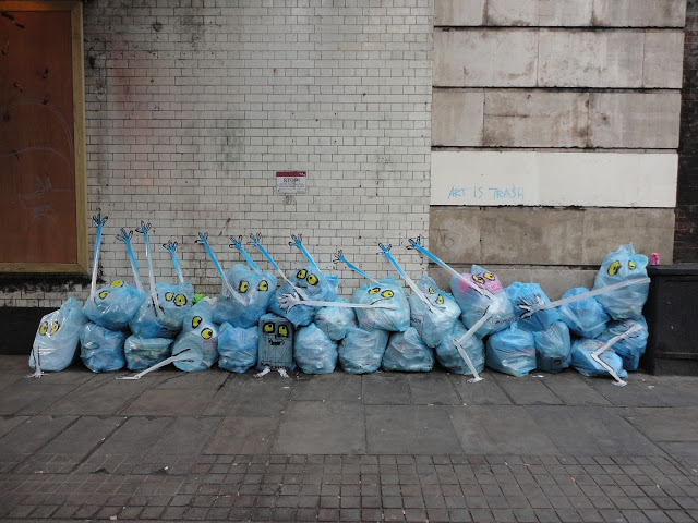 Francisco de Pájaro aka Art is Trash transforms piles of garbage left out in the streets.