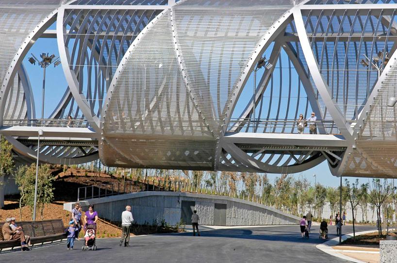 The Arganzuela footbridge is over 250 meters long, subtly expanding in its diameter.