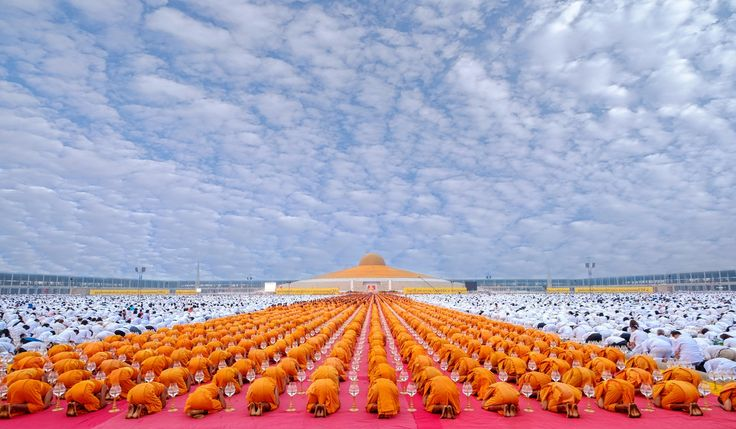 Ceremony at Wat Prahdarmagaya to celebrate the end of the yearly pilgrimage. 1,130 monks walk 485 km. over 28 days on flower petals laid down by faithful followers