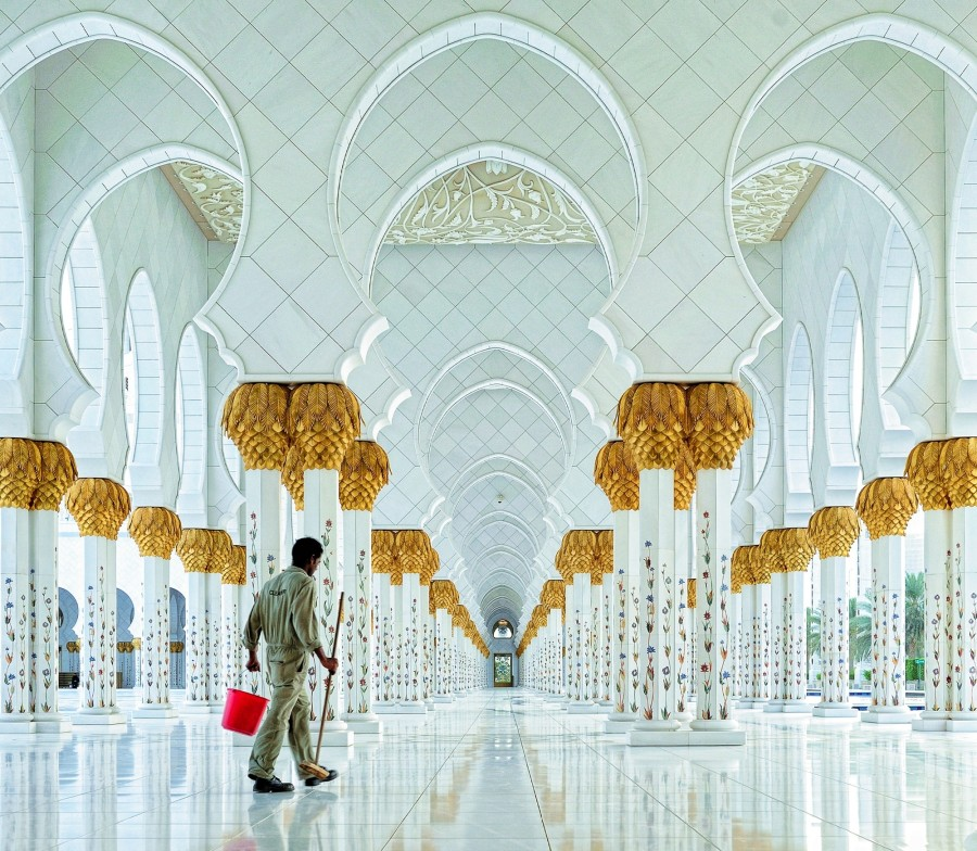 Mosque in Abu Dhabi, by Hoang Long Ly