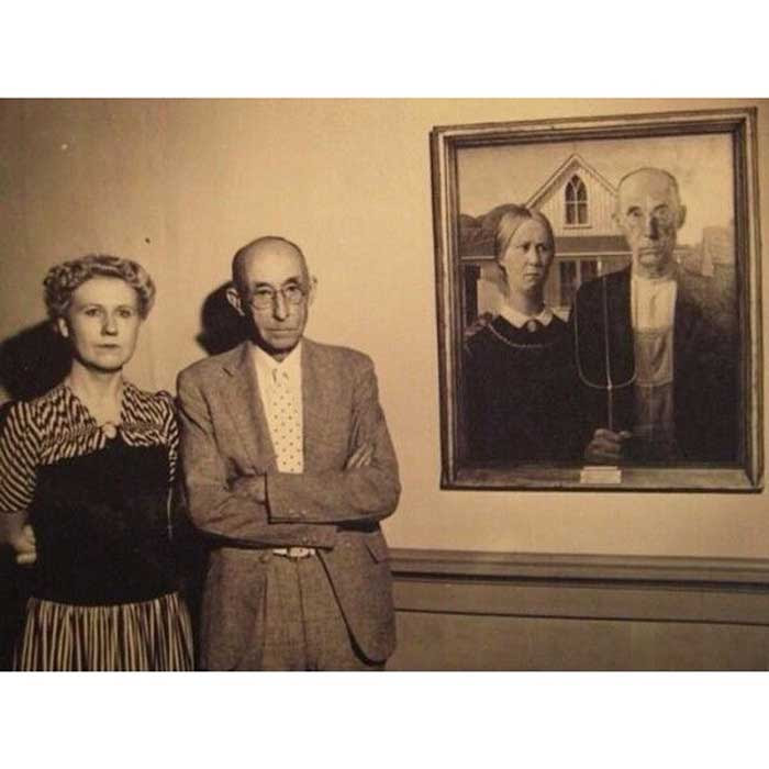 "The models of ""American Gothic"" stand next to th.e painting"